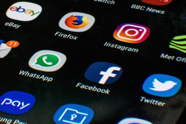 顯示,美國人一方面抱怨社群媒體對隱私構成威脅,另一方面卻是繼續每天使用。(Getty Images)