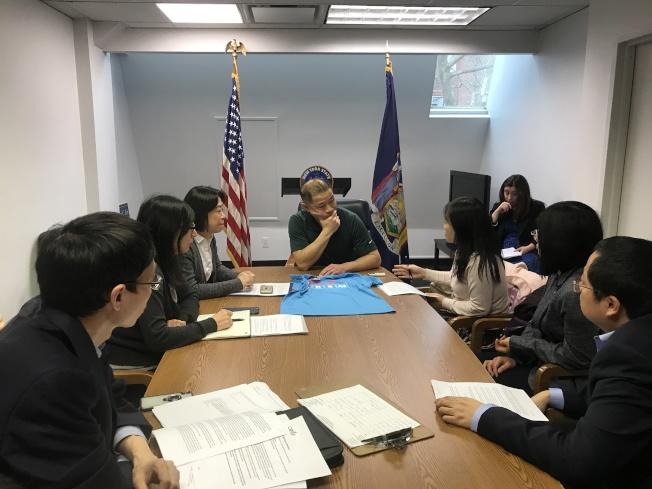 劉醇逸(綠衣者)5日和居民聯盟成員探討特殊高中入學考試等問題。(記者牟蘭/攝影)
