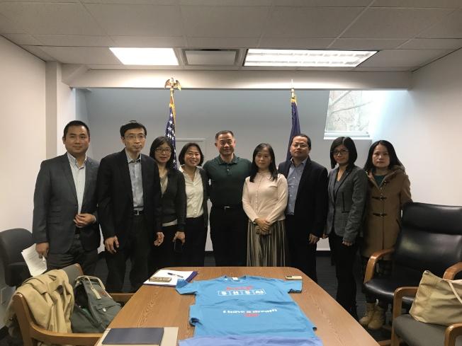 劉醇逸(左五)和居民聯盟成員探討特殊高中入學考試等問題。(記者牟蘭/攝影)