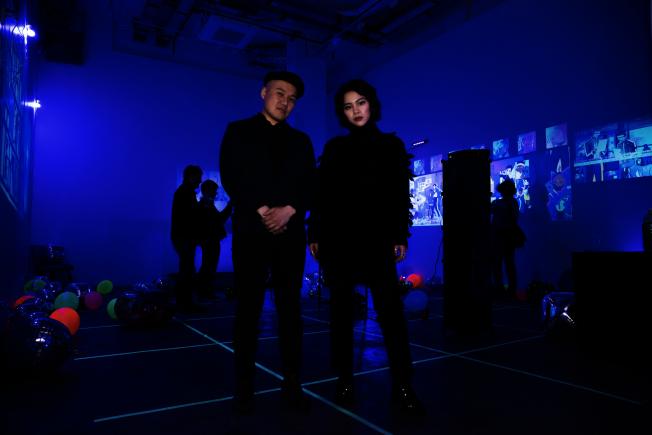 童紫儀(右)和策展人林梓營造別具一格的「Fancy Blue Stroke」插畫展。(主辦方提供)
