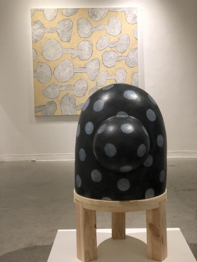 郭旭達在456藝廊舉行個展,帶來陶瓷雕塑、繪畫和版畫作品。(記者洪群超/攝影)