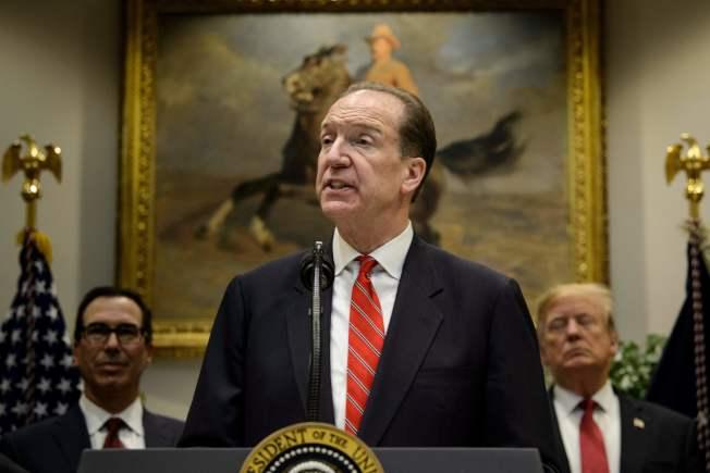 美國財政部次長馬爾帕斯(中)接任世界銀行新總裁,圖為川普2月在白宮介紹馬爾帕斯。(Getty Images)