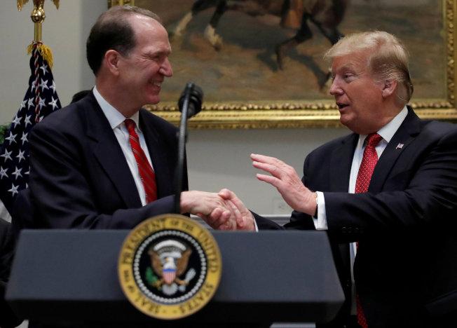 美國財政部次長馬爾帕斯(左)接任世界銀行新總裁,圖為川普2月在白宮介紹馬爾帕斯。(路透)