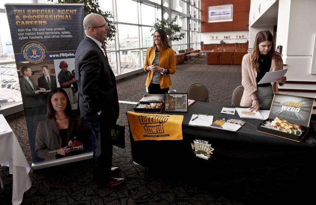 勞工部公布的就業報告顯示,美國就業市場強勁,圖為3月份在賓州匹茲堡舉行的就業招聘會。(美聯社)