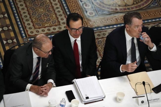 白宮經濟顧問庫德洛(左)說,美中兩國將馬不停蹄的繼續進行貿易談判。圖中為美國財政部長米努勤、右為美國貿易代表賴海哲。(美聯社)