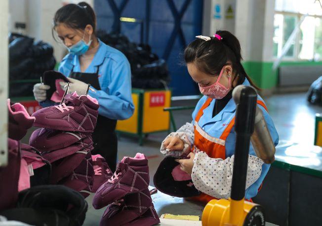 為避免美國關稅,部分外資企業已將生產線移出中國。圖為山東一家鞋業工廠的生產線。(Getty Images)