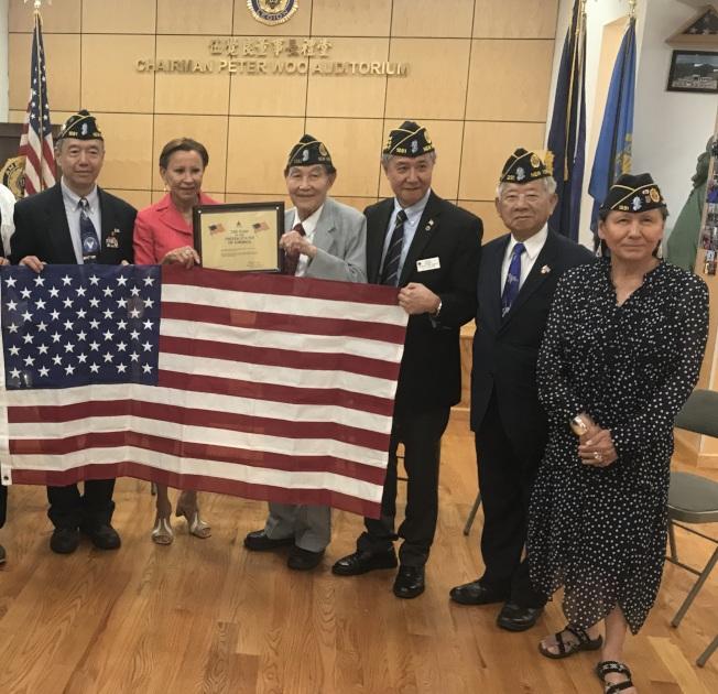 杜彼斯(右一)常參加紐約華裔美國退伍軍人會活動。(本報檔案照)