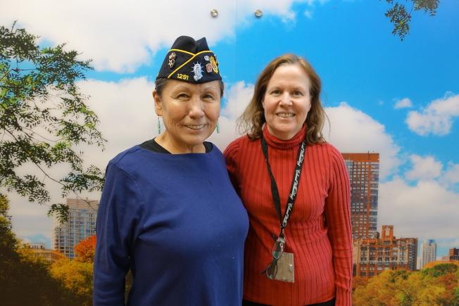 杜彼斯(左)與其20年的醫療健康提供者Cassy Glasser。(記者金春香/攝影)