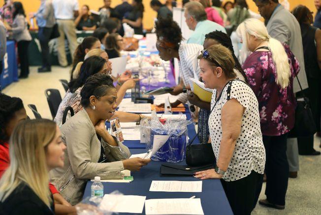 美國人延長退休年齡,職業招聘會上不乏中年女性。(Getty Images)