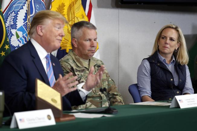 川普宣布國安部長尼爾森(右)離職。圖為兩人日前在美墨邊界巡查。(美聯社)
