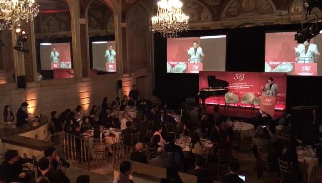 吳華揚7日在年會上宣讀聲明,譴責正在美國不斷蔓延的、針對美籍華人帶有種族偏見的刻板定性,表示將繼續爭取美籍華人的平等權利。(記者和釗宇/攝影)