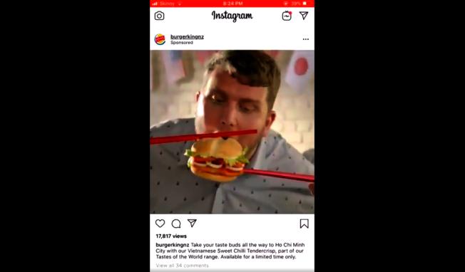 美國速食連鎖店漢堡王近日在紐西蘭的官方社群上釋出一則新廣告,片中描述多名顧客笨拙的用巨型筷子吃漢堡,遭外界痛批「種族歧視」。截自推特