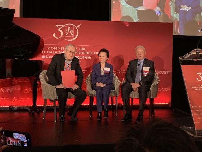 程正昌(右)和蔣佩琪(中)建議有志做餐飲服務業的年輕人,首先在餐館歷練,全面提升自己。(記者和釗宇/攝影)