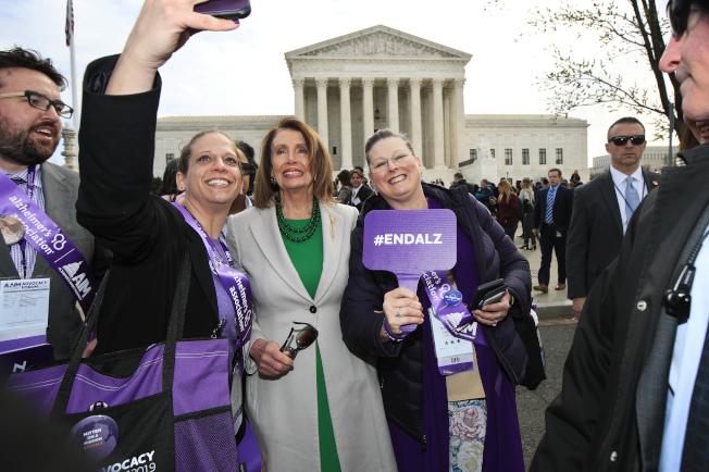 眾院議長波洛西(左三)日前在聯邦最高法院前廣場,與民眾玩自拍。(美聯社)