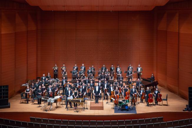 紐約幼獅青少年管弦樂團每年6月在曼哈頓林肯中心舉行音樂會,由該團音樂總監鍾啟仁指揮。