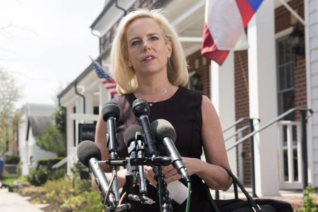 剛被逼辭職的國安部長尼爾森8日在家門前記者會,表示她仍支持川普總統的移民政策。(美聯社)