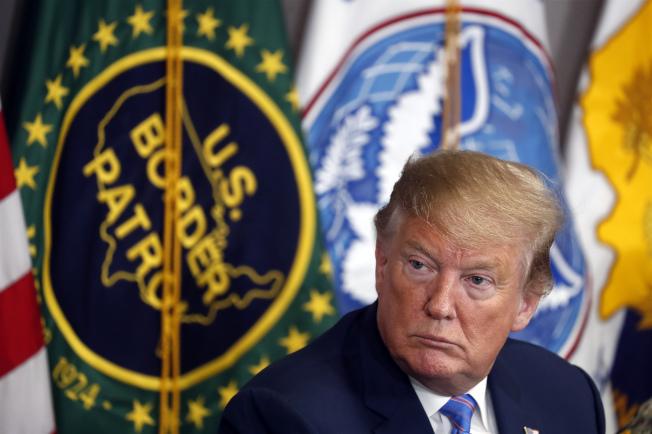 川普總統5日在加州 Calexico市主持邊防匯報。他表示美國已人滿為患,無法再接納任何無證移民。(Getty Images)