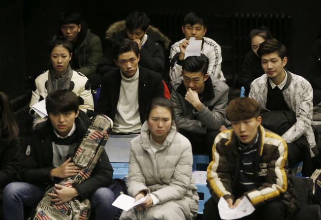 藝考競爭越來越激烈,圖為中央戲劇學院考生在學校劇場候考。(中新社資料照片)