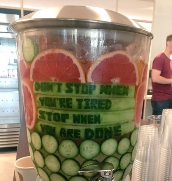 共享辦公室的果汁機上寫著「累了別休息,做好才能休息」。(取材自推特)