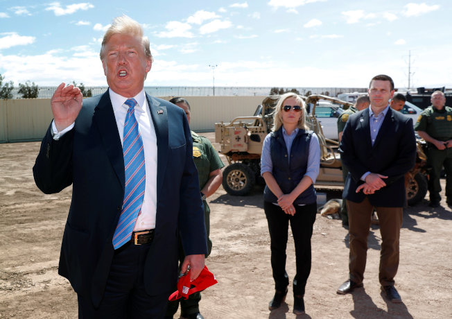 川普總統上周五到加州視察美墨邊界,當時的國安部長尼爾森(中)與海關及邊境保護局局長麥卡利南(右)陪同巡視。兩天後,尼爾森就下台,麥卡利南暫代國安部長。(路透)