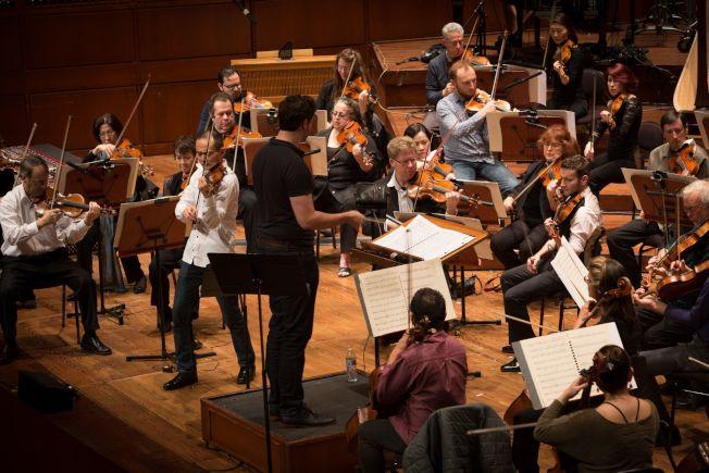 2018年2月舊金山交響樂團演奏小提琴協奏曲「梁祝」,小提琴趙晨(站立者)和指揮Christian Reif(背立者)在演出中。(趙晨提供)