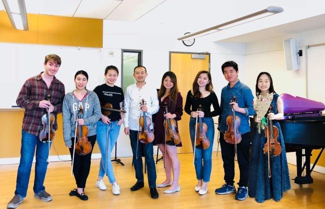 舊金山音樂學院小提琴教授趙晨(左四)和學生們。(趙晨提供)