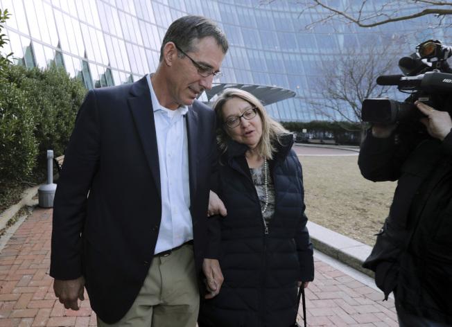 德州大學前男子網球隊教練桑特爾8日在波士頓聯邦法庭認罪。圖為桑特爾上月28日從法庭出來。(美聯社)