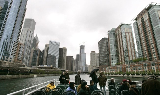 遊客搭船遊覽芝加哥河,迎面而來的是芝加哥密集的摩天大樓。美聯社