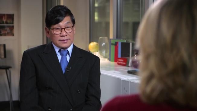 兩年前的4月9日,杜大衛因為拒絕下機而遭暴力強行拖下飛機。(ABC早安美國視頻截圖)