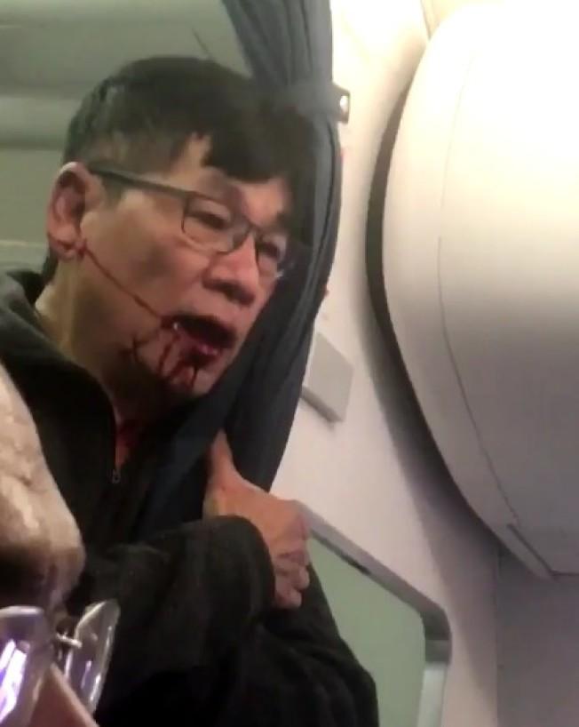 兩年前的4月9日,杜大衛因為拒絕下機而遭暴力強行拖下飛機。(本報檔案照)