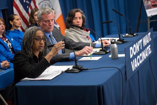 紐約市長白思豪(右二)、市衛生局長巴博特(Oxiris Barbot,右一)介紹麻疹疫情。(市長辦公室提供)