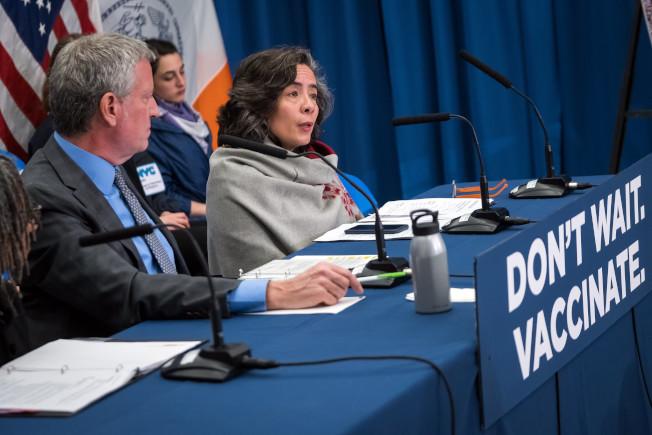 紐約市衛生局長巴博特(Oxiris Barbot,右一)宣導麻疹對身體的危害。(市長辦公室提供)