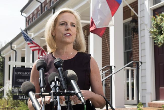 國安部長尼爾森對無證移民的鐵腕政策,可能影響她離職後的出路。圖為她8日在維吉尼亞州住所外會見媒體。(美聯社)