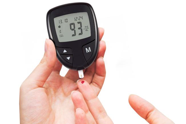 糖尿病患者需天天量血糖,注意血糖變化。(本報資料照片)