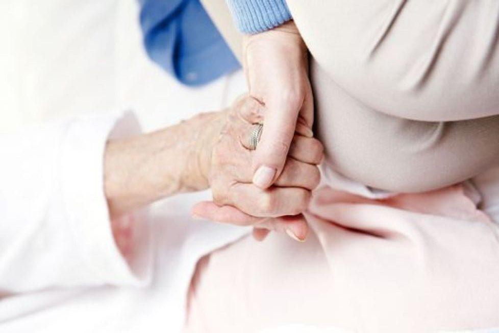 失智症老人是否有能力同意進行性行為,是項常被提出的問題。(本報資料照片)