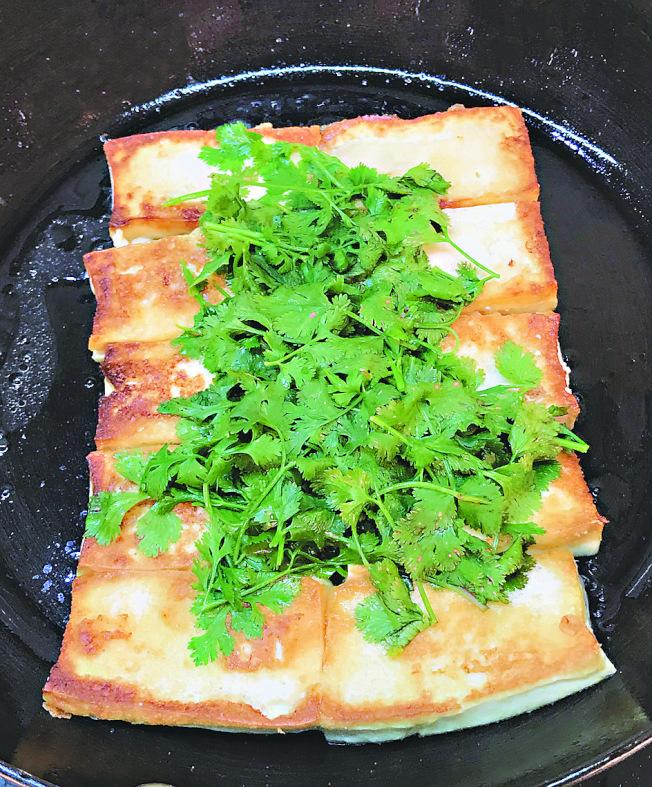 乾煎豆腐佐香菜