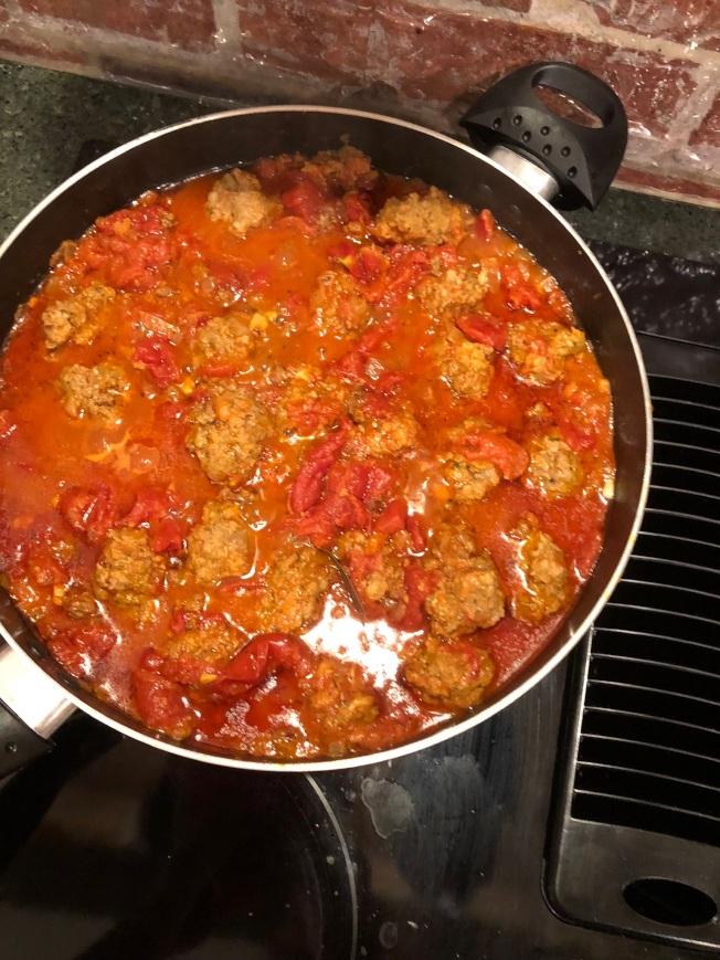 4.小火燉煮90分鐘左右,煮得時候輕輕翻動幾次,別讓肉丸沾鍋或糊底。