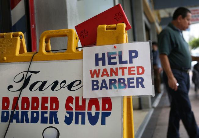 邁阿密一家理髮廳徵求理髮師的海報。(Getty Images)