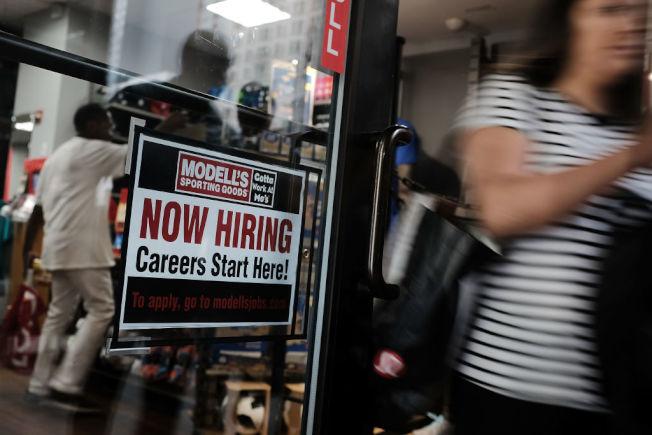 店家門口的徵人海報。(Getty Images)