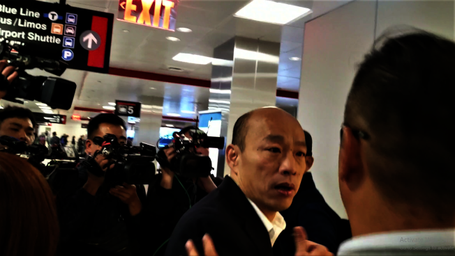 韓國瑜10日清早飛抵波士頓,在羅根機場受到媒體包圍。(記者唐嘉麗/攝影)