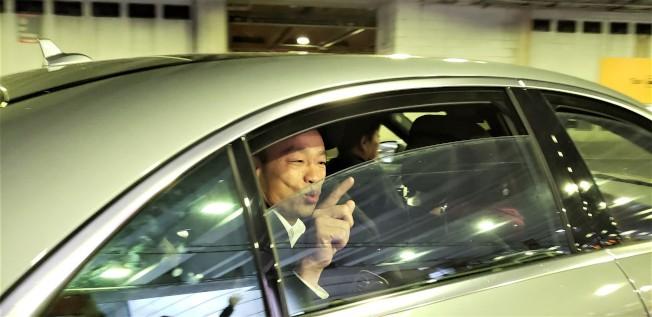 韓國瑜乘座車離開羅根機場。(記者唐嘉麗/攝影)