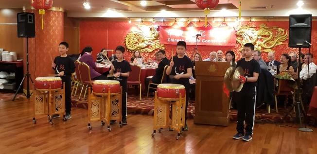 Westwood 中文學校學生表演充滿喜慶味的中國鼓樂。(記者唐嘉麗/攝影)