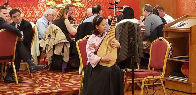 夏耘演奏琵琶曲「陽春白雪」和「 瀏陽河」。(記者唐嘉麗/攝影)