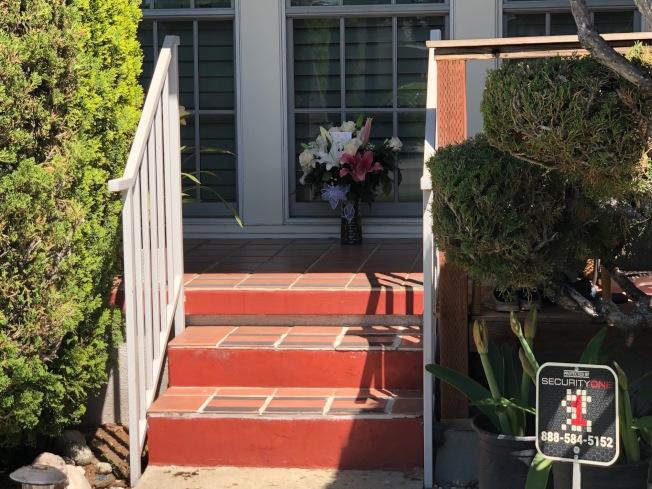 蔡太太的朋友為其送來悼念鮮花。(記者張宏/攝影)