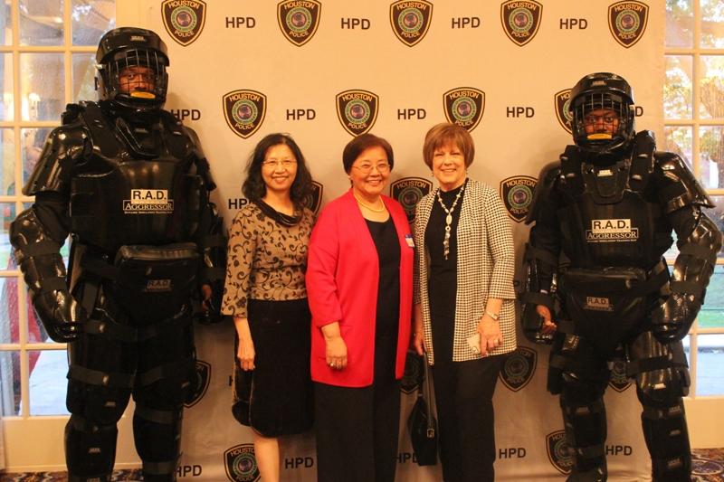 僑教中心主任陳奕芳(左二),劉秀美(左三)和Dee S. Koch與著防衛裝備警員合影。