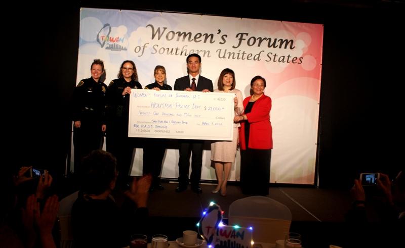 台北經文處處長陳家彥(右三),黎淑瑛(右二)和劉秀美(右一)晚會募款捐助予休士頓警察局。