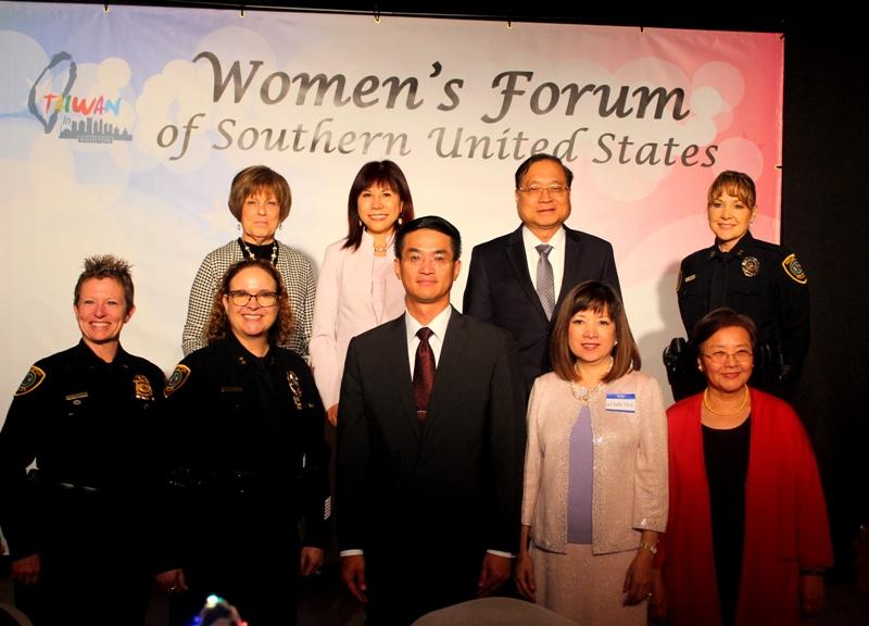 主辦單位頒發感謝狀給予捐款者Dee S. Koch (後排左一起),林富桂,葉宏志並合影。