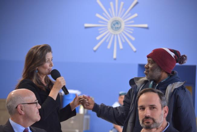 屋崙市長薛麗比見到遊民朋友艾摩爾(右)時非常激動。(記者劉先進/攝影)
