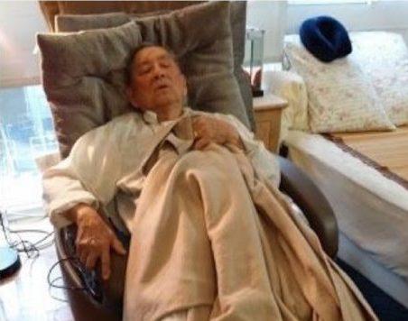 由於跌倒不能臥床,只能在躺椅上斜斜坐著睡。(作者提供)