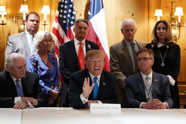 川普總統(中)在德州聖安東尼奧說,他才是移民政策的決策人。(美聯社)